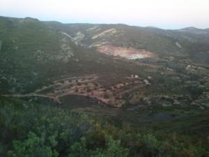 Pirmā bilde no trases, uzņemta tik tikko uzskrienot kalna virsotnē, pēcāk  turpat tālumā skrējām arī lejā, kur bija pirmais dzeršanas punkts.