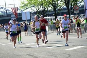 Laimīgie un ātrie pusmaratona finišētāji; fonā mans nenovīdīgais skatiens...