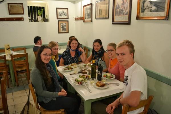 Svētku vakariņas tradicionālā grieķu tavernā