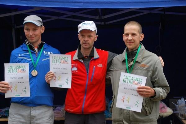 Apbalvošana pēc finiša ar Babītes Čingonu vidū, kreisajā pusē 2.vietas ieguvējs Hannes Veide, bet pa labi 3.vietā palikušais un lielāko daļu vadībā bijušais Lauri Valdmaa