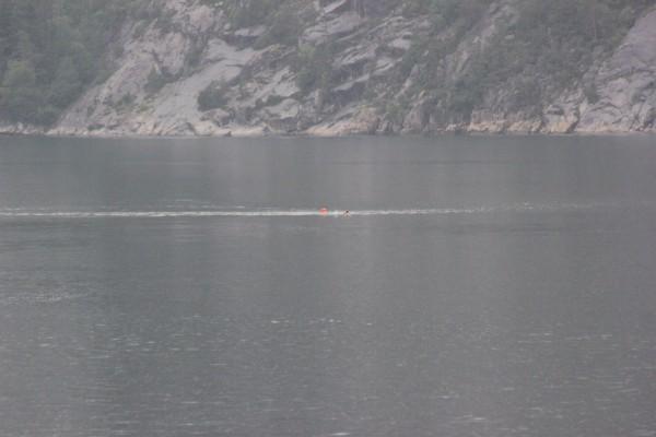 Kaut kur tālumā peldam pāri fjordam