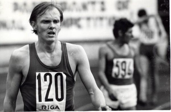 Juris Grustiņš pēc finiša 5000 m distancē starptautiskajās sacensībās «Rīgas Kausi» 1973. gada maijā. Autors: Z. Mežavilks. Foto no LSM krājuma (LSM 1136).