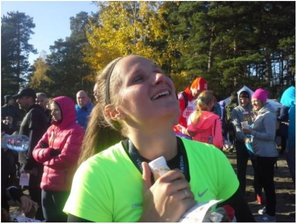 Elīna finišā priecīga, ka var atkal izbaudīt skriešanu.