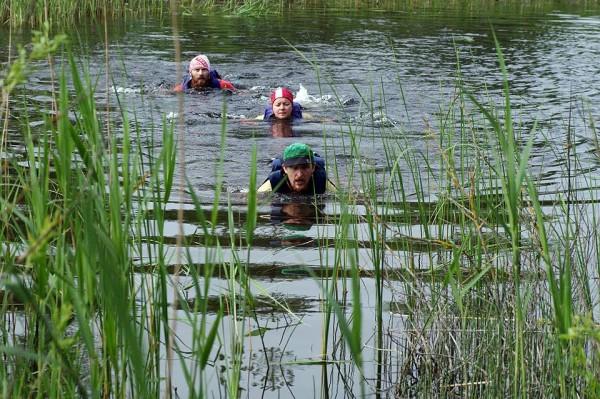 44h stundu sacensībās aptuveni pusceļš, posms ar skriešanu un peldēšanu