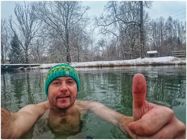 """Izbaudu kārtējo nelielu skrējienu un tā saucamo """"крещенские купания"""" jeb peldi āliņģī vai atvērtā ūdenstilpnē. Krieviem un vēl vairākām citām tautībām piemīt tradīcija – 6.janvārī (jeb 19.janvārī pēc vecā stila), atzīmējot Kunga Kristīšanas svētkus, ticīgie ietur ūdens iesvētīšanas kārtu jeb rituālu. Es gan speciāli šo datumu neizvēlējos – vienkārši laimīga kārtā sakrita iespēja izbrīvēt laiku šādai aktivitātei un izbaudīt. Runā, ka šajā diena ūdenim piemītot īpašas maģiskas un attīrošas spējas. Tad nu ceru, ka turpmāk vismaz ietaupīšu uz ziepēm? Es, protams, jokoju, jo apzinos, ka visai šai padarīšanai tiešām ir nozīme. Cik liela? Tik liela, cik mēs tam paši ticam un kādu nozīmi tam piešķiram."""