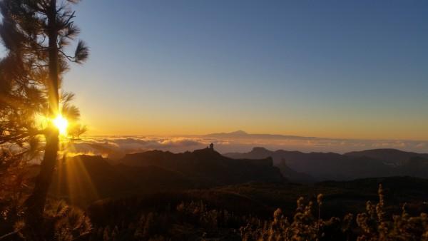 Saulriets ar skatu uz Teidi. No salas augstākās virsotnes Pico de las Nieves