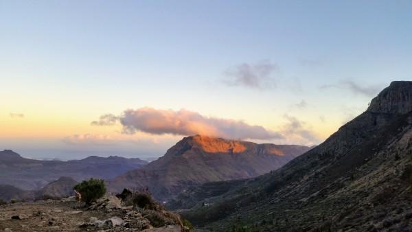 Pār kalniem riet saule