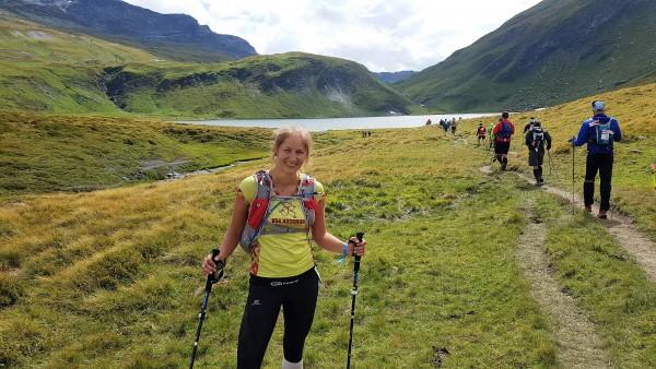 Ar rododendru kalnu fonā