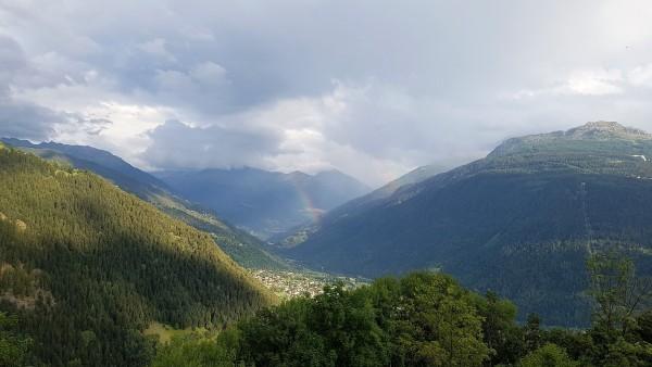 pa kreisi tālumā kalns no kura noskrējām